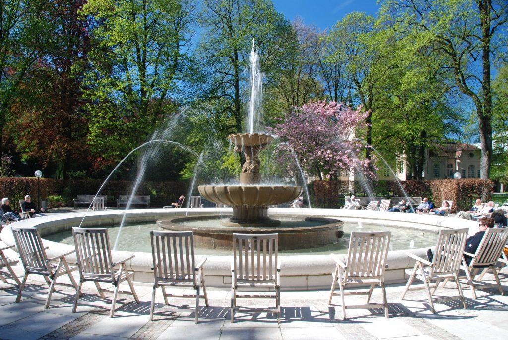 Kurgarten - Entspannung am Brunnen im Frühjahr